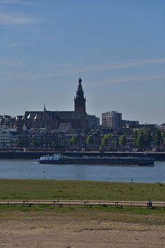 Ansicht von Nijmegen mit der St. Stevenskerk. von Jurjen Jan Snikkenburg