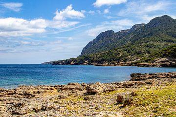 Baai voor het schiereiland La Victoria, Mallorca van Reiner Conrad