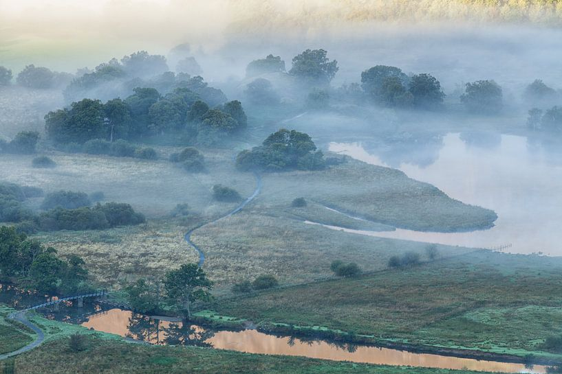 Mist boven Derwent Water van Ron Buist