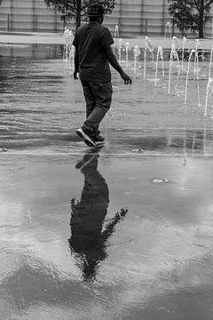 Rotterdam - Reflexion D. im Wasser des Brunnens von Wout van den Berg