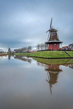 De stadsgracht van Dokkum met zijn herkenbare molens en bomenrij van Harrie Muis