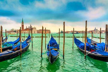 zicht op de wachtende gondels  in het helder groene water van  de Lagune in Venetië Italië van Rita Phessas