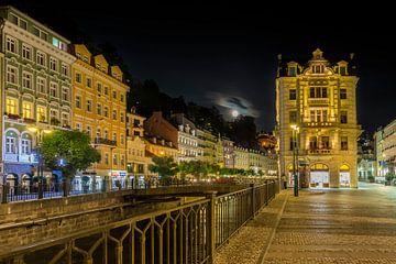 Karlovy vary Op de oever van de rivier in de volle maan van Melanie Viola