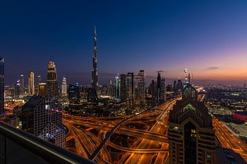Blick auf die Innenstadt von Dubai in der blauen Stunde