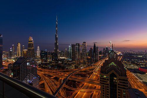 Zicht op downtown Dubai in blauwe uurtje