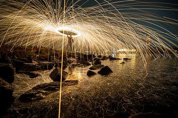 Feuerwerk am Wasser in der Nähe von Rhenen von Fotografiecor .nl
