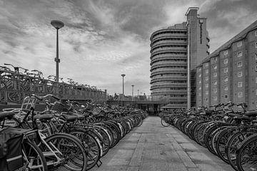 Fietsenstalling Centraal station Amsterdam van Foto Amsterdam/ Peter Bartelings