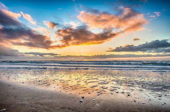 Zonsondergang en schuim van Alex Hiemstra