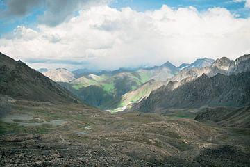 Dramatisch berglandschap bij Karakol van Mickéle Godderis