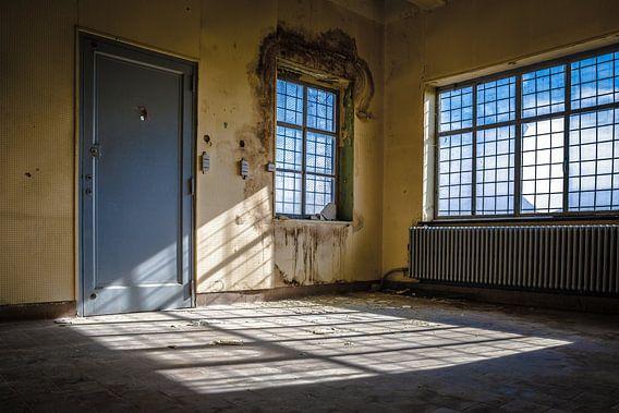 Lichtinval in een verlaten gebouw
