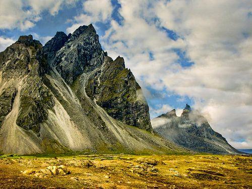 Woeste bergen in een ongerept landschap, IJsland