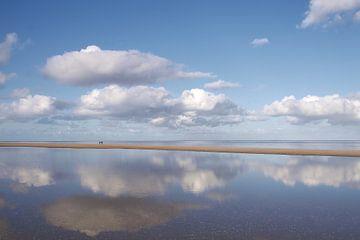 Zeezicht met wolkenlucht weerspiegeld, op Texel van Ad Jekel