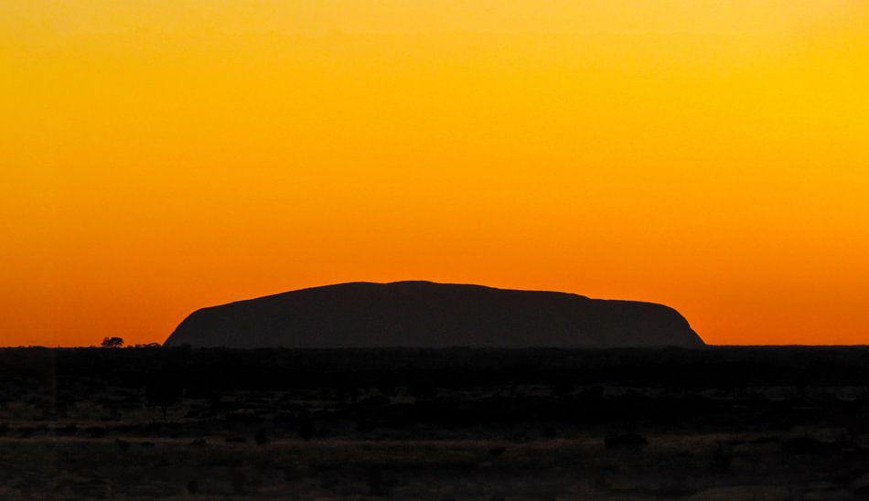 Zonsondergang bij de Uluru, Australie van Rietje Bulthuis