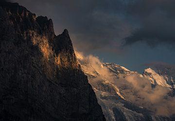 Die Abendsonne auf dem schroffen Berghang. von justus oostrum