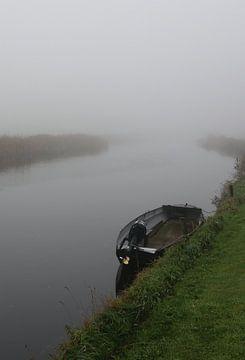 Motorbootje in de mist in een rivier van Pim van der Horst