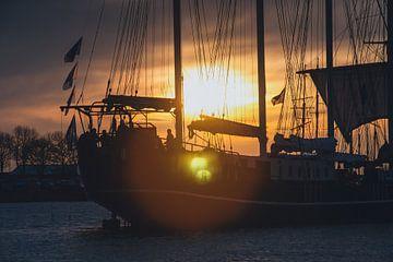 silhouet  van zeilboot in de ondergaande zon van