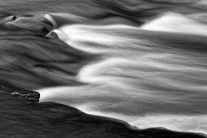 Wasserbewegung eines Baches in Detailansicht