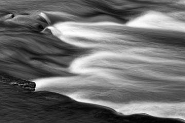 Wasserbewegung eines Baches in Detailansicht von Ralf Lehmann