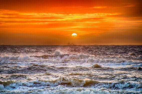 Stormachtige Zonsondergang vanaf het Hollandse strand van Alex Hiemstra