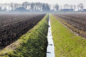 Omgeploegde velden en een greppel in de Hoeksewaard van Peter de Kievith Fotografie