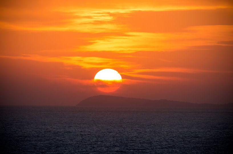 Perfecte romantische zonsondergang boven de zee van Patrick Verhoef