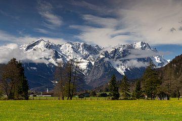 Blick über Farchant auf Alpspitze und Zugspitze