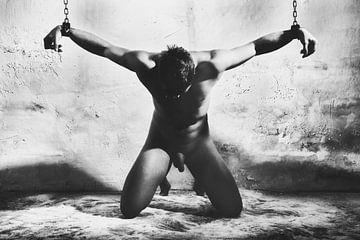 Schöner nackter Mann mit sehr schweren Eisenfesseln gefesselt in einer Kerker-Situation #C5635 von william langeveld