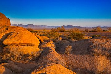 Rotsen in het avondlicht in de Namib van Rietje Bulthuis