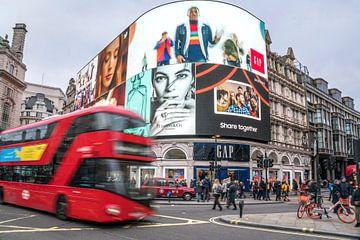 Bus à deux étages à Piccadilly Circus, Londres sur Peter Schickert
