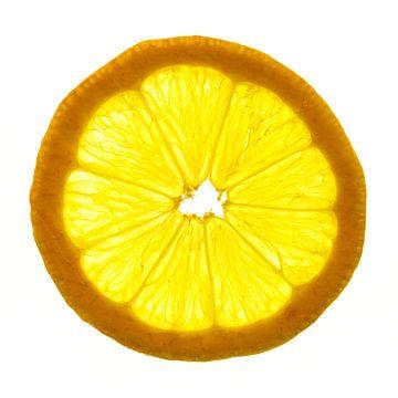 Close-up van een citroen schijfje met een witte achtergrond. van Carola Schellekens