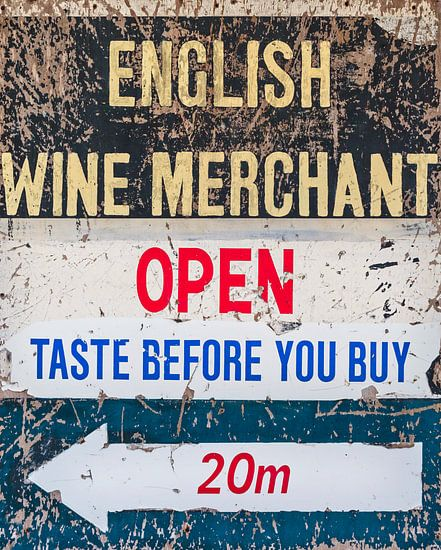 Aan zee aangespoeld oud bord van een Engelse wijnhandel van Martin Bergsma