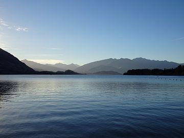 Nieuw Zeeland Wanaka meer met bergen op achtergrond van Anne Groenendaal