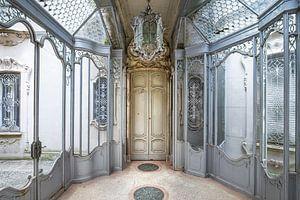 Verlassene architektonische Eingangshalle