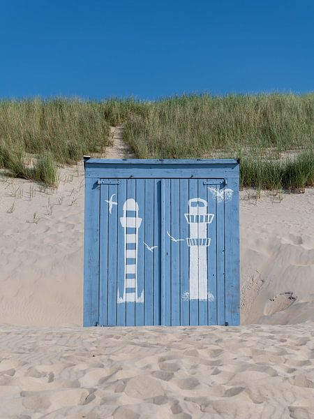 Portrait d'une maison de plage bleue sur Mark Bolijn