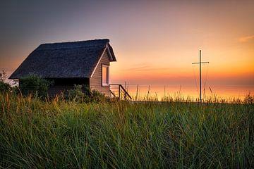 Huis met rieten dak aan het strand van de Oostzee van Fine Art Fotografie