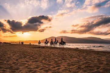 Rijden op het strand bij zonsondergang van Christian Klös