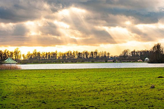 Ondergaande zon door de wolken met mooi licht