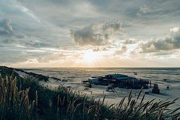 Zon breekt door de wolken bij het strand van Midsland aan Zee van Alex Hamstra