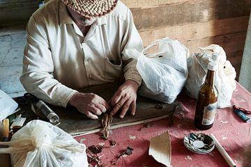 Cubaanse man die de tabaksbladeren verwerkt en sigaren maakt van Tjeerd Kruse