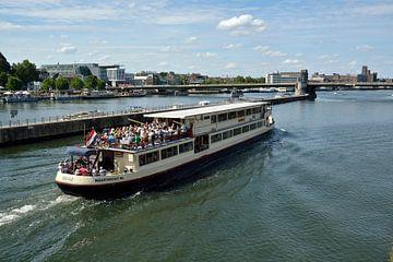Rondvaartboot op de Maas bij Maastricht van Leo Langen