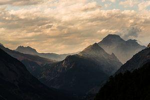 De Franse Alpen bij zonsondergang van Damien Franscoise