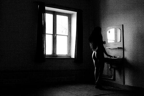Artistiek naakt in een klooster bij een wastafel van Arjan Groot