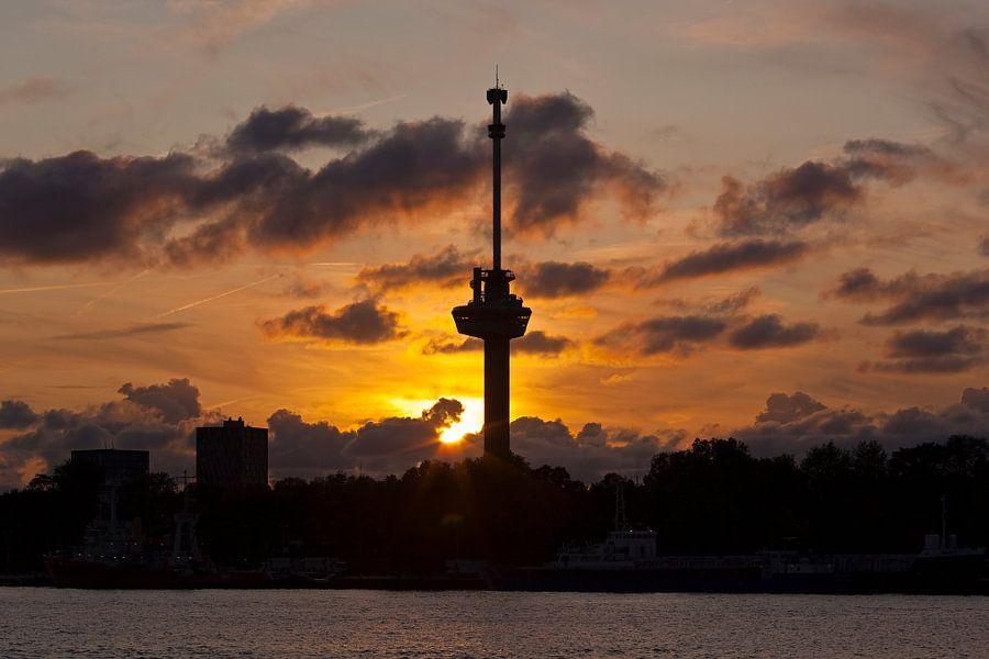 Zonsondergang bij de Euromast te Rotterdam van Anton de Zeeuw