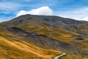 slingerweg door gouden bergen naar de Col de Vars van Hanneke Luit