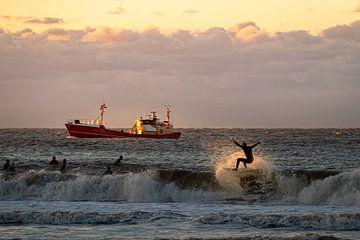 Zonsondergang surfen in Scheveningen van Lorenzo Nijholt