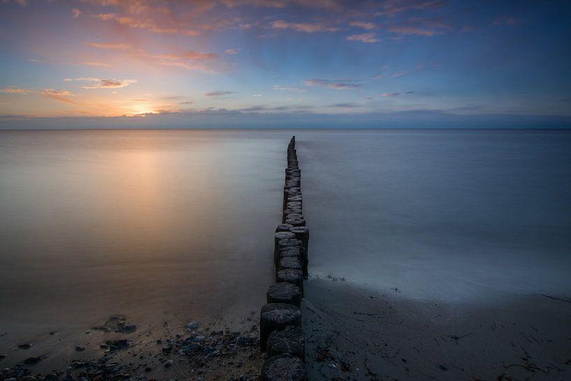 Buhne im Sonnenaufgang von Sebastian Holtz