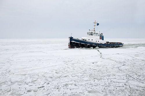 ijsbreker op ijsselmeer van