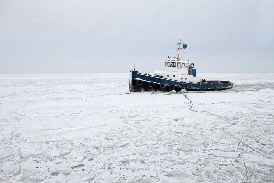 ijsbreker op ijsselmeer