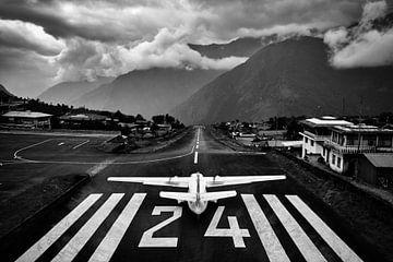 Flughafen Lukla von Tim Vrijlandt