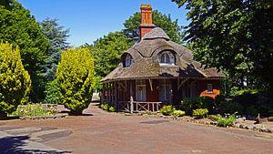 Gebouw met rode klinkers en rieten dak